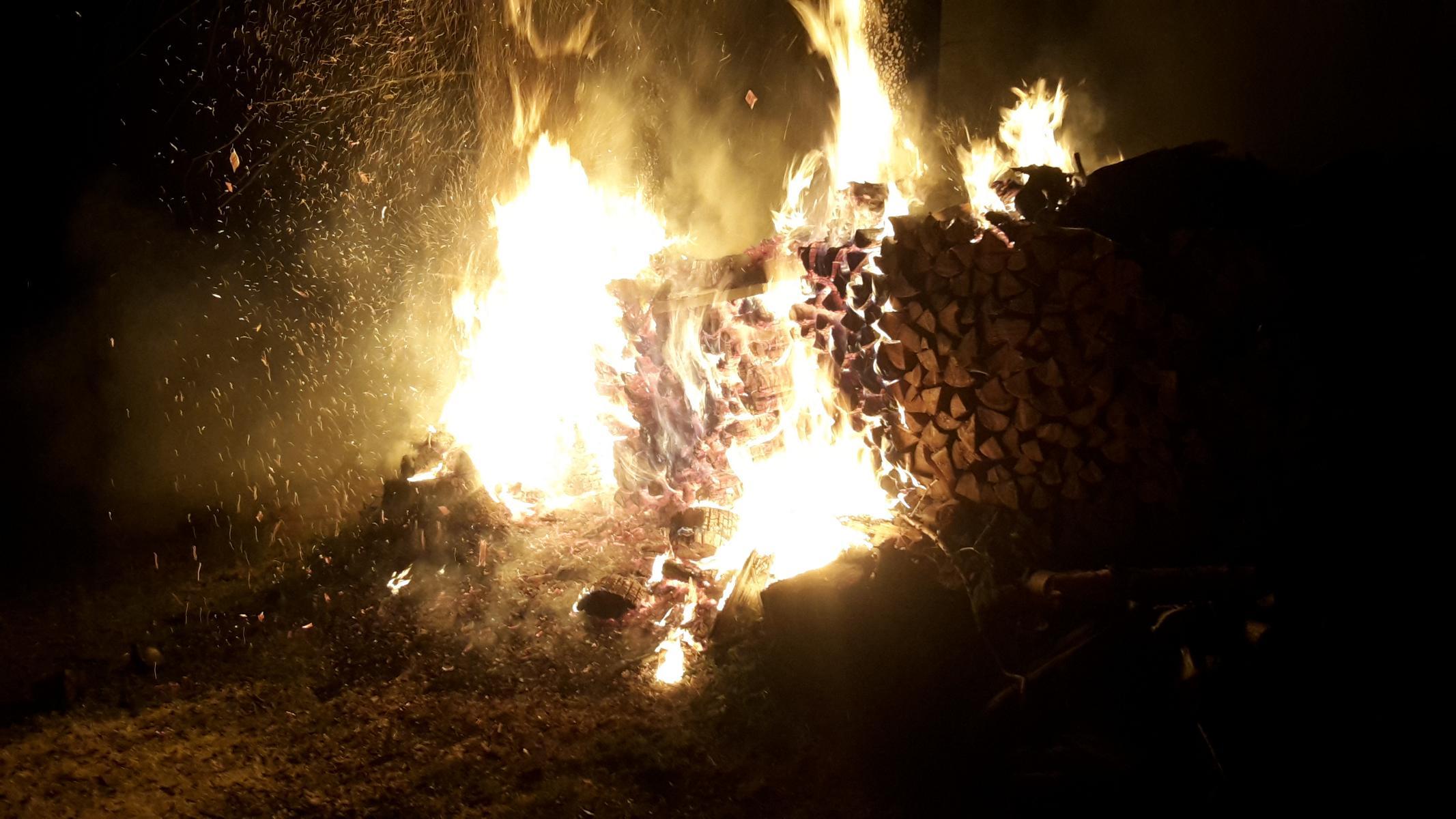 Brand Holzstoß im Wald